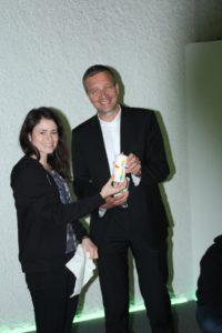 Simone übergibt Weihbischof Gerber eine Lichtwerk-Kerze
